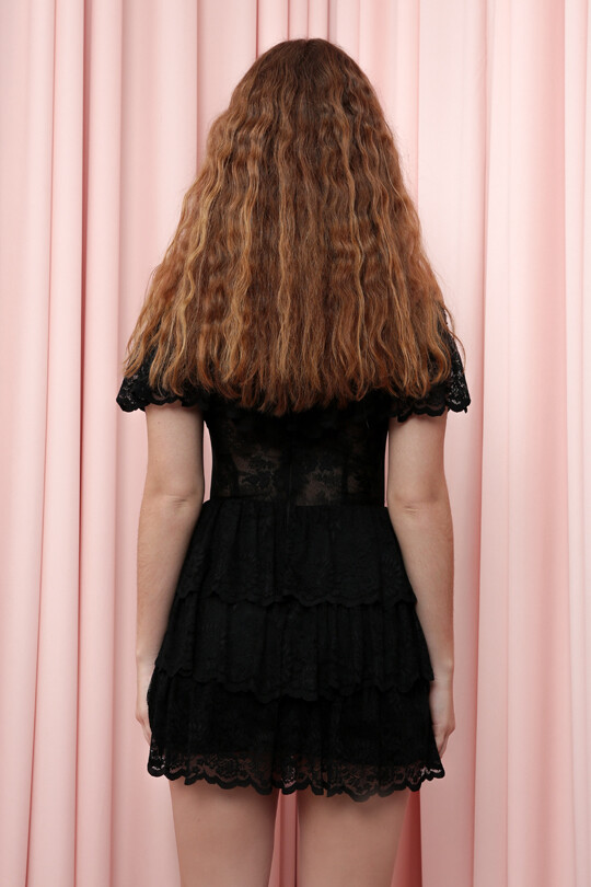 Eteği Üç Katlı Dantelli İşlemeli Kısa Elbise
