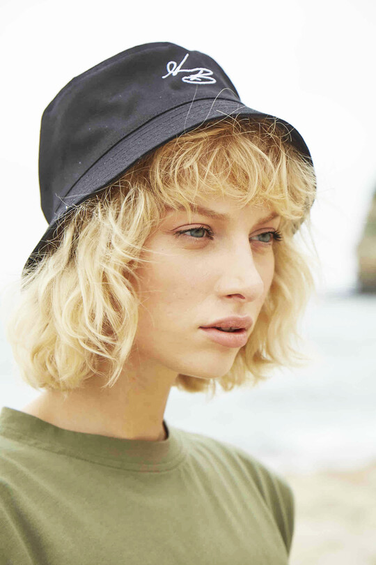 Bucket hat with B logo-black