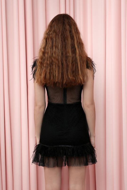 göğsü tüylü etek ucu fırfırlı fileli kısa elbise