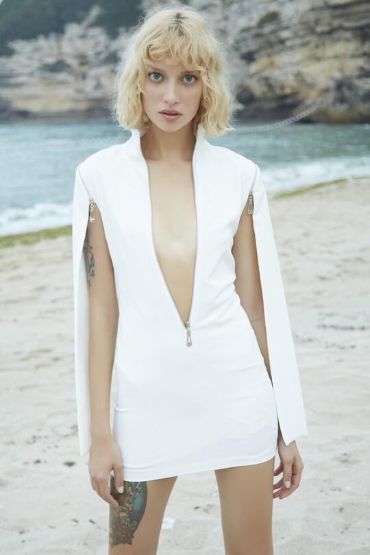 Berfuğ Kıran - Göğsü ve Kolu fermuarlı Mini Elbise-BEYAZ (1)