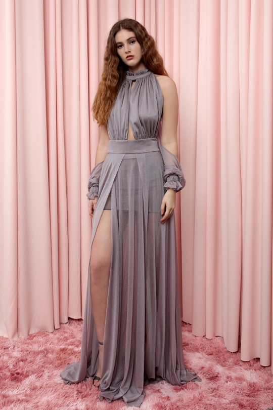 göğüs ve sırt dekolteli yırtmaçlı uzun elbise