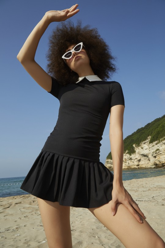 Mini dress with white collar and pleated skirts-black