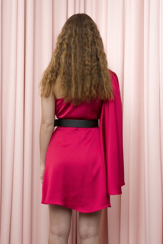 SHORT DRESS WITH SINGLE AND LARGE SLEEVE WITH RIPPED WAIST