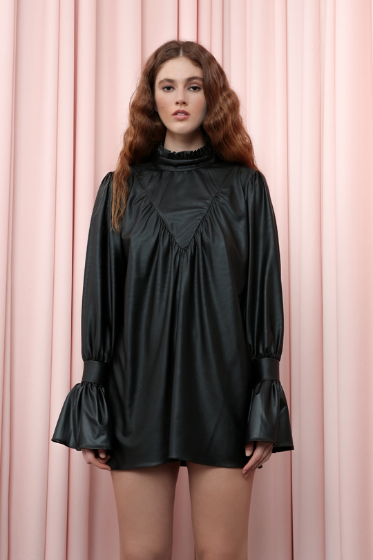 SHORT DRESS WITH SLOPE SLEEVES AND SHIRTED CHEST