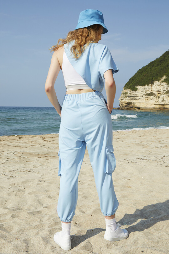 Sweatpants with cargo pockets with tires on their wrists-baby blue