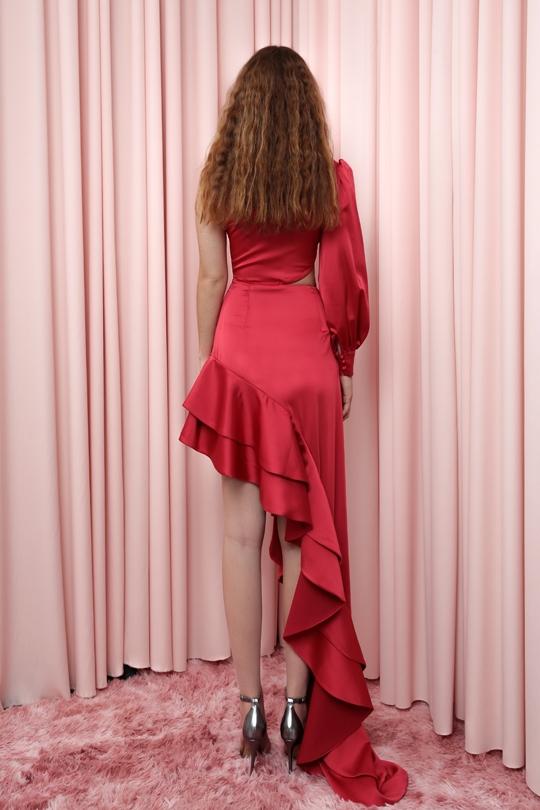 tek kollu asimetrik fırfırlı etekli elbise